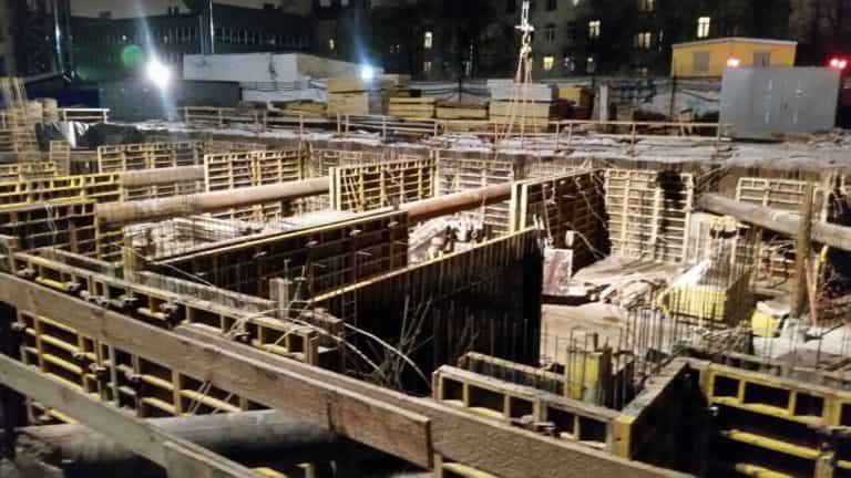 20.12.2017 - Устанавливается опалубка стен паркинга