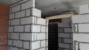 Работы по монтажу газобетонных межкомнатных перегородок ведутся на 1-2 этажах 1-3 секций.