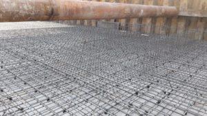 Армирование плиты паркинга 5-й секции, срубка оголовков свай и подготовка щебеночного основания 6-й секции.