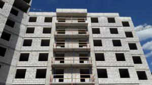 Ограждающие конструкции 1-й секции возводятся на 8-м этаже, 2-й секции на 7-м этаже, 3-й секции возведены в полном объеме.