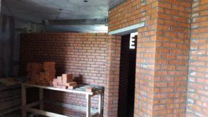 Ведутся работы по возведению кирпичной кладки 1 и 2 этажей 1-й секции, 1-3 этажей 2-й секции.