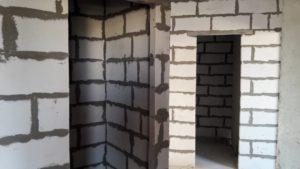 Продолжается кладка внутренних кирпичных стен и перегородок в 1-3 секциях