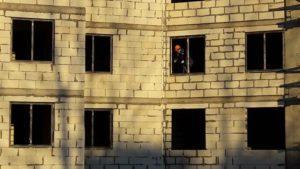 Устанавливаются окна в 1-3 секции