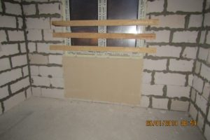 Оштукатуренные экраны под окнами. На эти места будут устанавливаться отопительные приборы (радиаторы). ЖК Днепропетровская 37