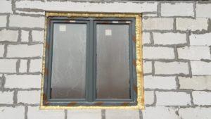 Произведена герметизация монтажных швов оконных блоков герметиком на1,2,3 секции