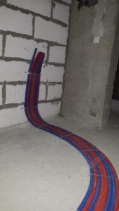 Завершена прокладка труб отопления от радиаторов к коллекторным шкафам 2 секции