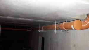 Ведутся работы по прокладке сетей внутренней канализации по техническому этажу
