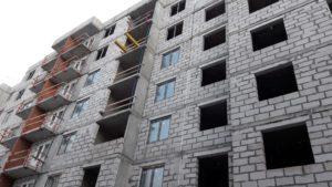 Ведутся работы по монтажу оконных блоков 4 секции