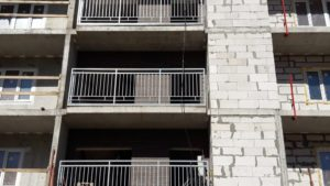 Установка ограждений переходных балконов 1-й секции