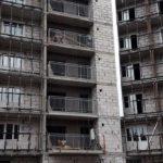 Продолжаются раьоты по установке подсистемы витражного остекления балконов.
