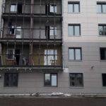 Активно ведутся работы по заполнению витражей ЖК Днепропетровская 37