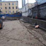 Сооружается забор, ограждающий территорию ЖК Днепропетровская 37