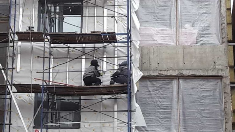 03.02.2020 - Ведутся работы по устройству фасада и кровли 6 секции